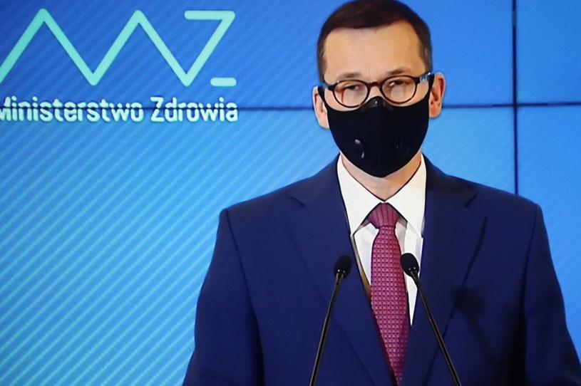 Premier Mateusz Morawiecki podczas transmisji konferencji prasowej z KPRM w Warszawie /Wojciech Olkuśnik /PAP