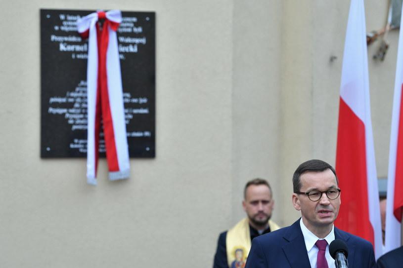 Premier Mateusz Morawiecki podczas uroczystości odsłonięcia tablicy upamiętniającej Kornela Morawieckiego / Radek Pietruszka   /PAP