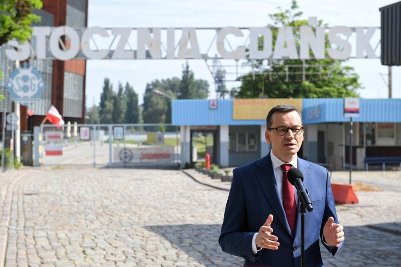 Premier Mateusz Morawiecki podczas wypowiedzi dla mediów przy bramie Stoczni Gdańskiej /Adam Warżawa /PAP
