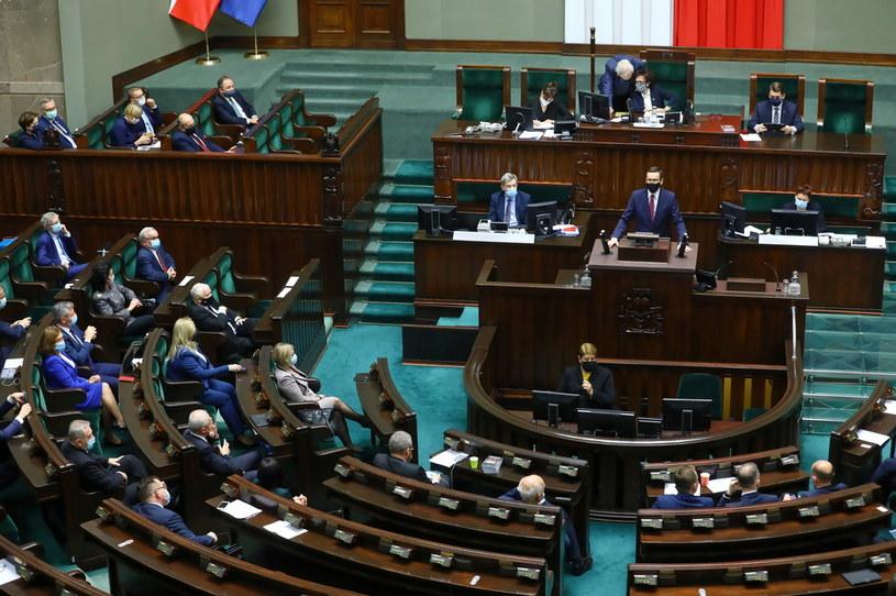 Premier Mateusz Morawiecki podczas wystąpienia na sali obrad Sejmu /Rafał Guz /PAP