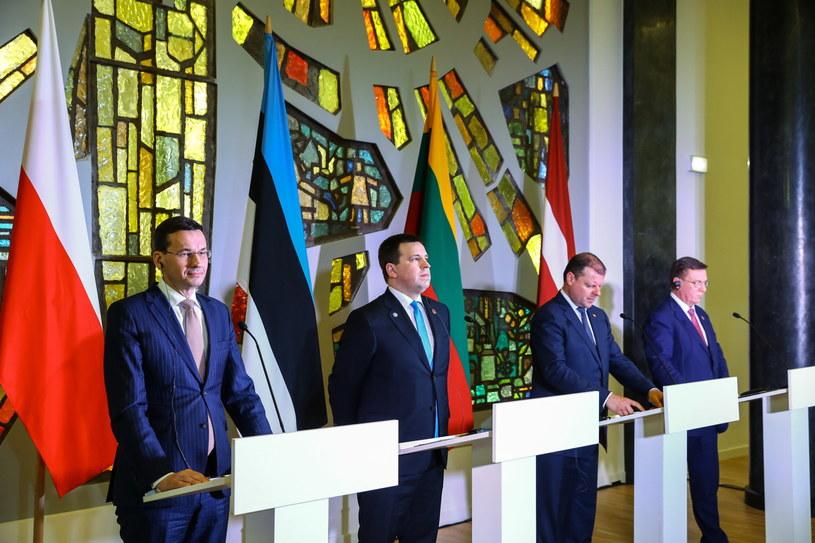 Premier Mateusz Morawiecki, premier Litwy Saulius Skvernelis, premier Łotwy Maris Kucinskis i premier Estonii Juri Ratas podczas konferencji prasowej po sesji roboczej premierów państw bałtyckich /Rafał Guz   /PAP