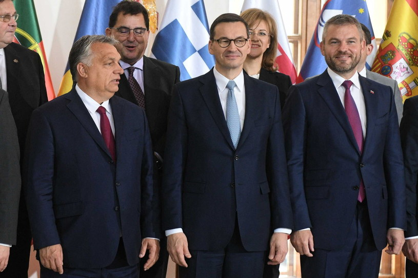Premier Mateusz Morawiecki, premier Słowacji Peter Pellegrini i premier Węgier Victor Orban pozują do wspólnego zdjęcia podczas Szczytu Przyjaciół Spójności w Pradze / Radek Pietruszka   /PAP