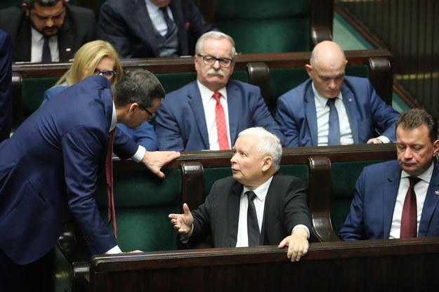 Premier Mateusz Morawiecki, prezes PiS Jarosław Kaczyński i szef MON Mariusz Błaszczak w Sejmie /Wojciech Olkuśnik /PAP