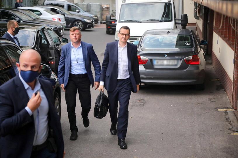 Premier Mateusz Morawiecki przed siedzibą Prawa i Sprawiedliwości przy ulicy Nowogrodzkiej w Warszawie /Wojciech Olkuśnik /PAP