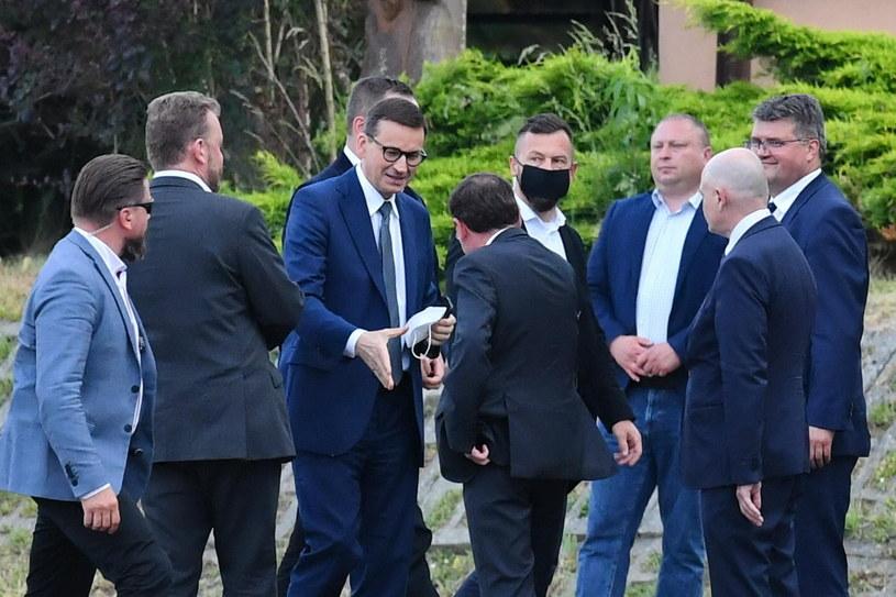 Premier Mateusz Morawiecki przed wyjazdowym posiedzeniem klubu parlamentarnego Prawa i Sprawiedliwośc /PAP/PIOTR POLAK /PAP