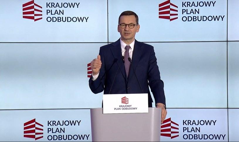 Premier Mateusz Morawiecki przedstawia szczegóły planu odbudowy. /