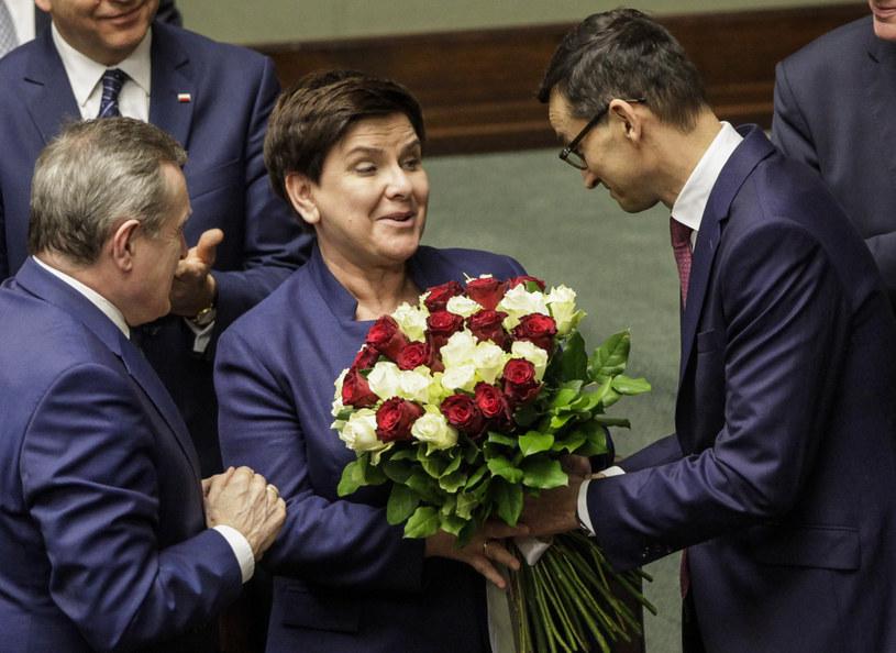 Premier Mateusz Morawiecki przekazuje kwiaty na ręce wicepremier Beaty Szydło /Jerzy Dudek /Agencja FORUM