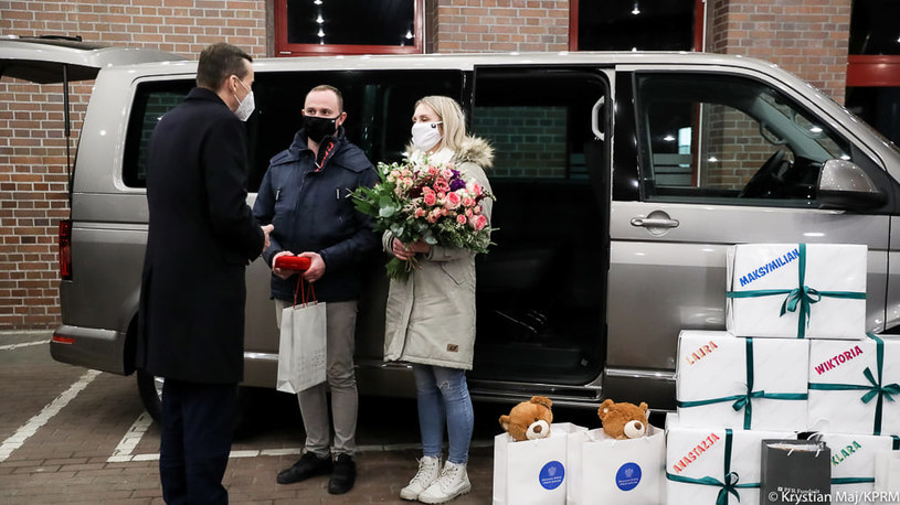Premier Mateusz Morawiecki spotkał się z rodzicami pięcioraczków /Facebook / Mateusz Morawiecki /