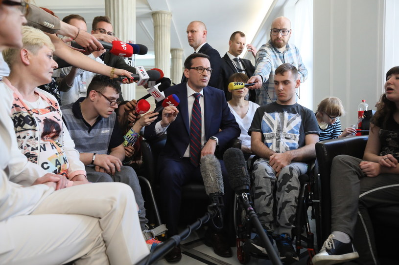 Premier Mateusz Morawiecki spotkał się z uczestnikami stacjonarnego protestu rodziców osób niepełnosprawnych w Sejmie / Leszek Szymański    /PAP