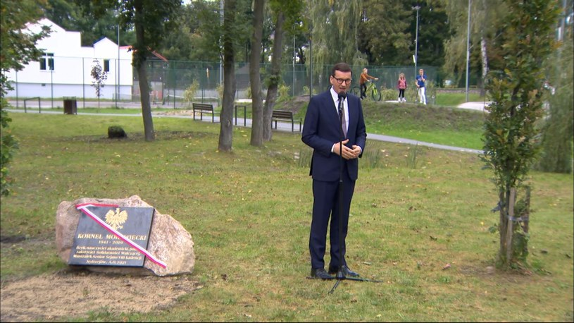 Premier Mateusz Morawiecki w czasie uroczystości odsłonięcia tablicy poświęconej zmarłemu w 2019 r. Kornelowi Morawieckiemu /Polsat News