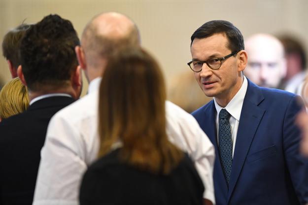 Premier Mateusz Morawiecki w drodze na obrady / Radek Pietruszka   /PAP