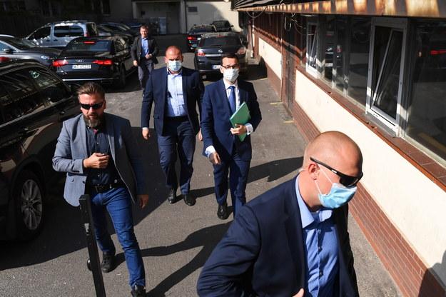 Premier Mateusz Morawiecki w drodze na spotkanie liderów Zjednoczonej Prawicy w siedzibie PiS przy ul. Nowogrodzkiej w Warszawie /Piotr Nowak /PAP