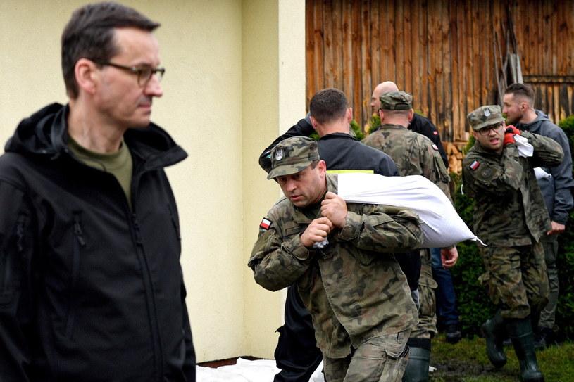 Premier Mateusz Morawiecki w podtopionej przez wody Łęgu miejscowości Ruda / Darek Delmanowicz    /PAP