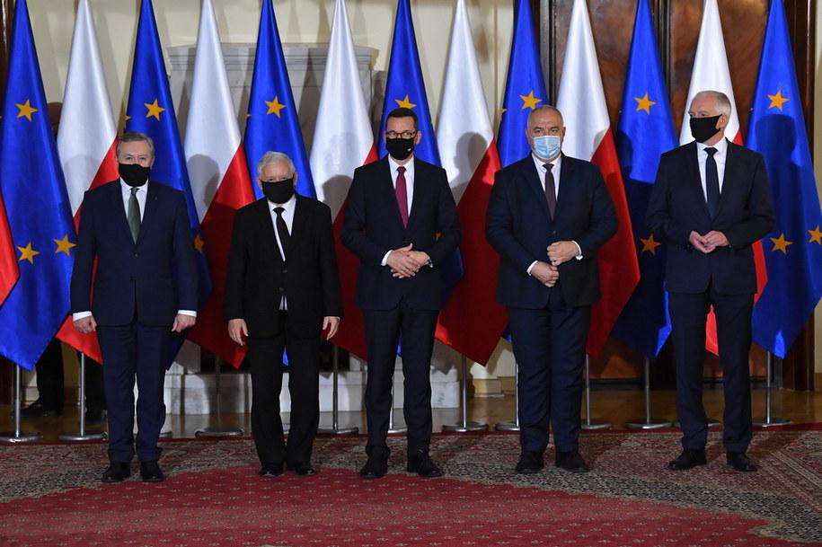 Premier Mateusz Morawiecki (w środku) w towarzystwie nowych i obecnych wicepremierów (od lewej): Piotra Glińskiego, Jarosława Kaczyńskiego, Jacka Sasina i Jarosława Gowina / Radek Pietruszka   /PAP
