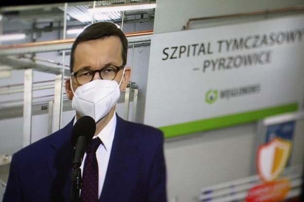 Premier Mateusz Morawiecki w szpitalu tymczasowym w Pyrzowicach / Leszek Szymański    /PAP