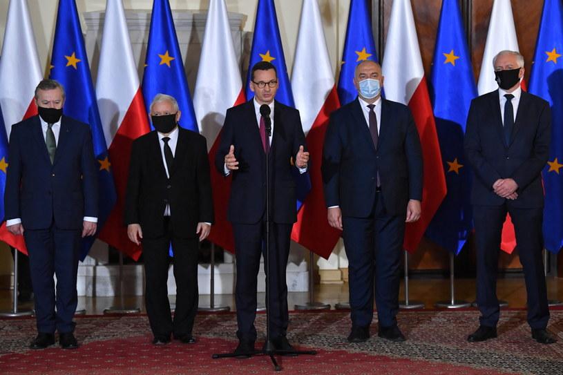 Premier Mateusz Morawiecki w towarzystwie nowych i obecnych wicepremierów / Radek Pietruszka   /PAP