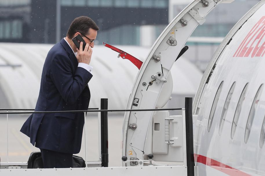 Premier Mateusz Morawiecki wchodzi na pokład samolotu w Warszawie /Paweł Supernak /PAP