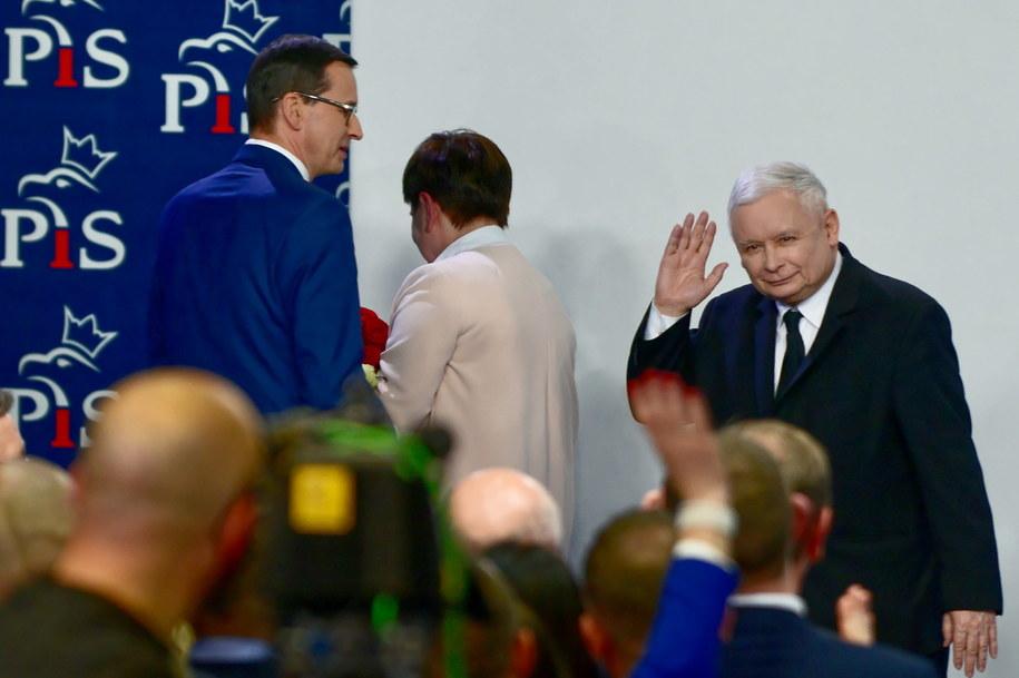 Premier Mateusz Morawiecki, wicepremier Beata Szydło i prezes PiS Jarosław Kaczyński podczas wieczoru wyborczego Prawa i Sprawiedliwości / Jakub Kamiński    /PAP