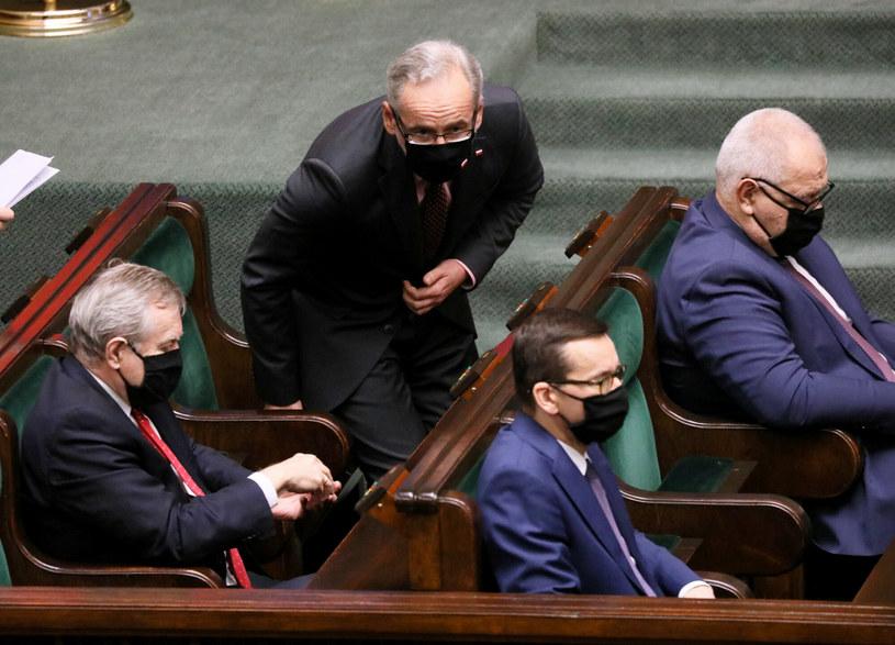 Premier Mateusz Morawiecki wraz z niektórymi ministrami w Sejmie /Jakub Kaminski/East News /East News