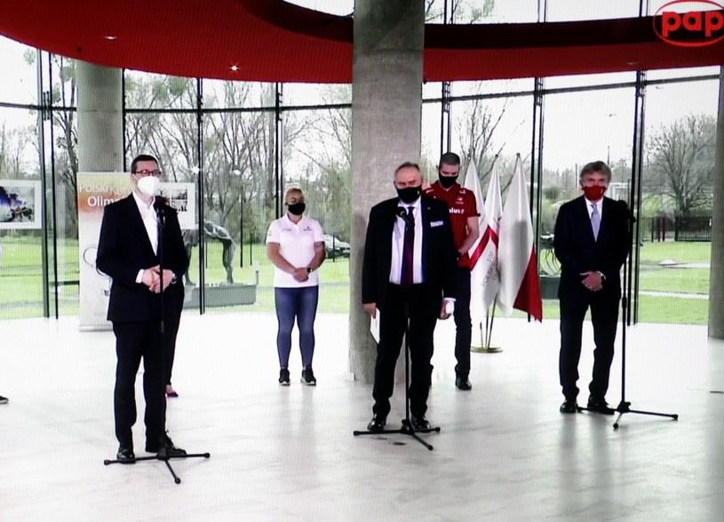 Premier Mateusz Morawiecki (z lewej), prezes Polskiego Komitetu Olimpijskiego Andrzej Kraśnicki (w środku) i prezes Polskiego Związku Piłki Nożnej Zbigniew Boniek (z prawej) podczas konferencji prasowej /Leszek Szymański /PAP
