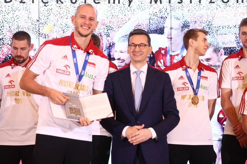 Premier Mateusz Morawiecki z polskimi siatkarzami /Piotr Molecki /East News