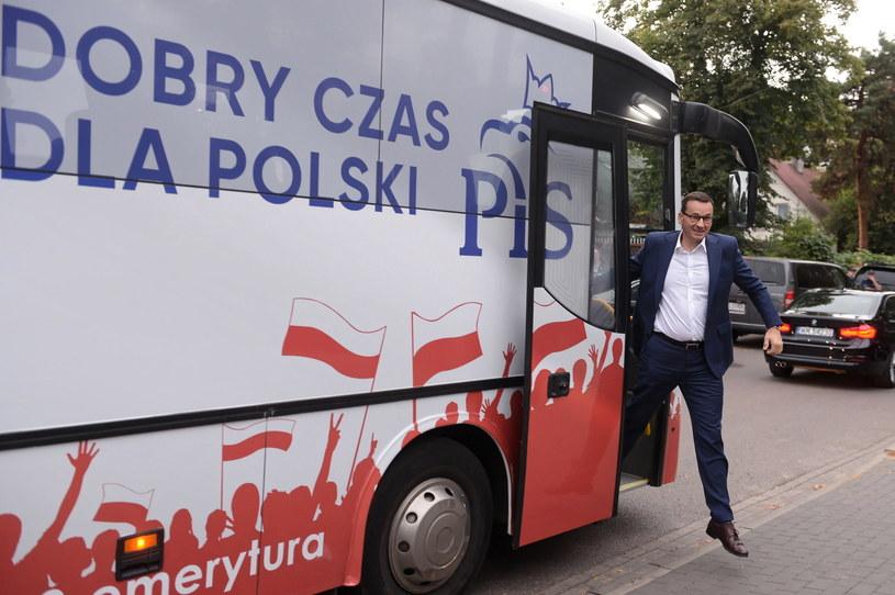 Premier Mateusz Morawiecki zmierza na spotkanie z wyborcami w podwarszawskim Józefowie /Marcin Obara /PAP