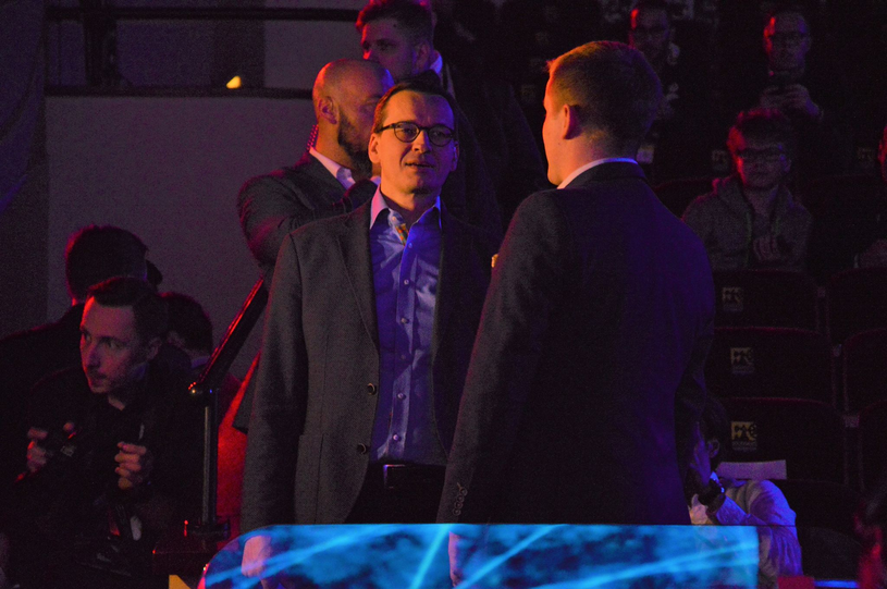 Premier Morawiecki został oprowadzony po całym obiekcie przez przedstawiciela organizatorów wydarzenia /Patryk Głowacki /ESPORTER