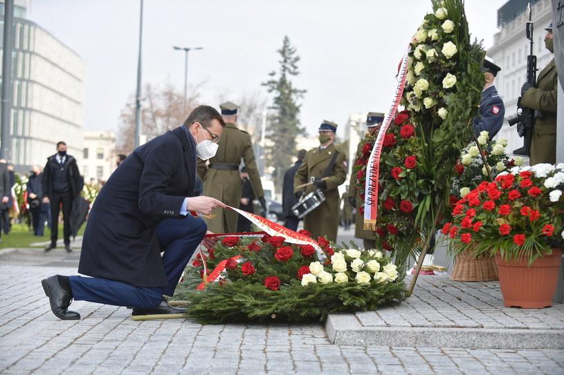 Premier podczas uroczystości złożenia kwiatów pod pomnikiem prezydenta RP Lecha Kaczyńskiego na pl. Piłsudskiego w Warszawie / Marcin Obara  /PAP