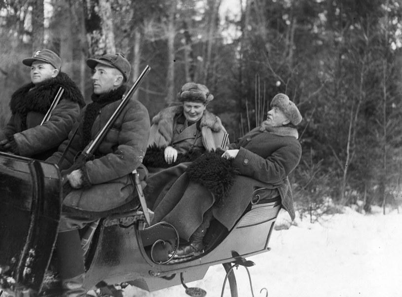 Premier Prus Hermann Goring i prezydent RP Ignacy Mościcki w saniach w drodze na polowanie. Zdjęcie z 1938 roku /Z archiwum Narodowego Archiwum Cyfrowego