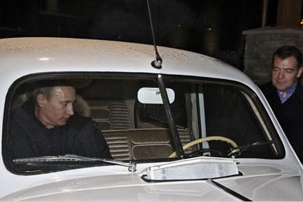 Premier Putin ustąpił miejsca za kierownicą prezydentowi Miedwiediewowi /AFP