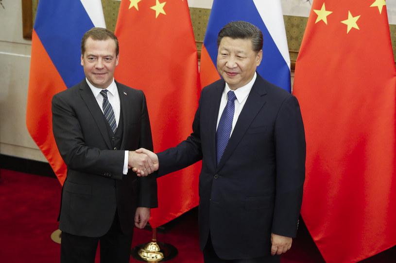 Premier Rosji Dmitrij Miedwiediew i prezydent Chin Xi Jinping /THOMAS PETER /AFP