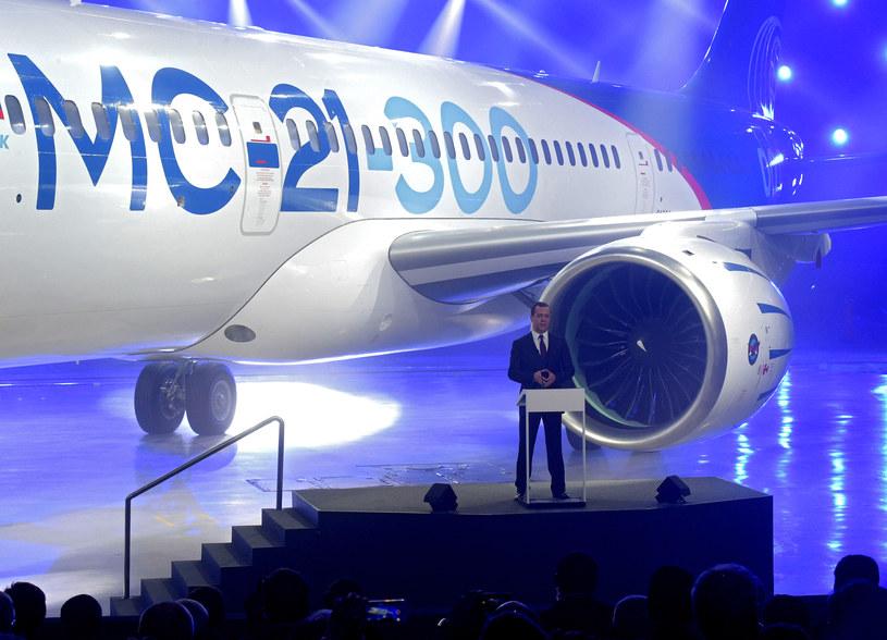 Premier Rosji, Dmitrij Miedwiediew, przemawia podczas oficjalnej premiery samolotu /AFP