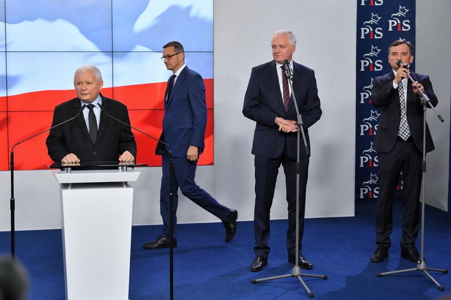 Premier RP Mateusz Morawiecki (2L), prezes Prawa i Sprawiedliwości Jarosław Kaczyński (L), prezes Solidarnej Polski Zbigniew Ziobro (P) oraz prezes Porozumienia Jarosław Gowin (2P) podczas oświadczenia dla mediów dot. podpisania umowy koalicyjnej Zjednoczonej Prawicy