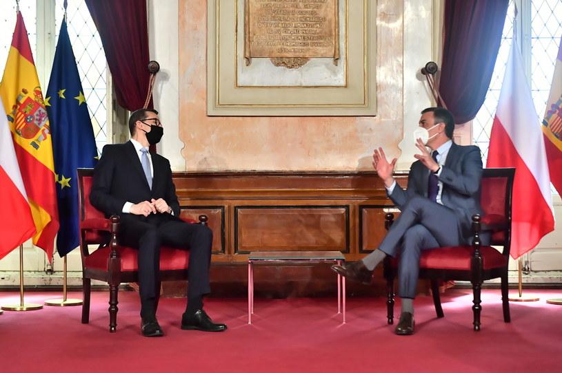 Premier RP Mateusz Morawiecki (L) i premier Hiszpanii Pedro Sanchez Perez-Castejon (P) podczas spotkania w miejskim Ratuszu w Madrycie /Andrzej Lange /PAP