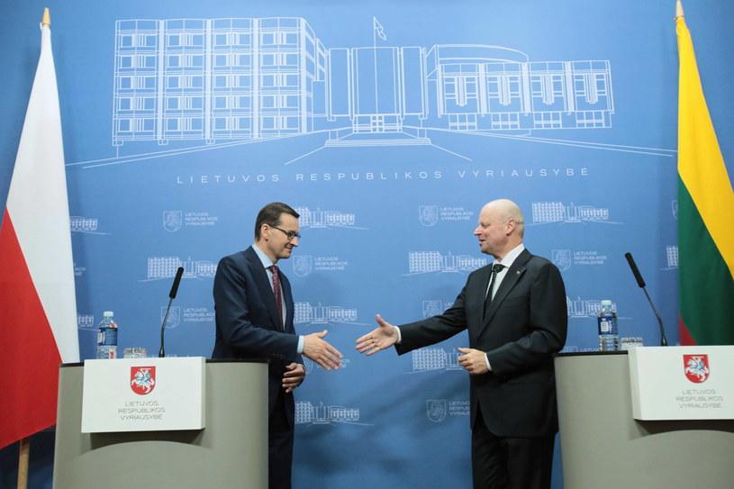 Premier RP Mateusz Morawiecki oraz premier Republiki Litewskiej Saulius Skvernelis podczas wspólnej konferencji prasowej w Wilnie /Leszek Szymański /PAP