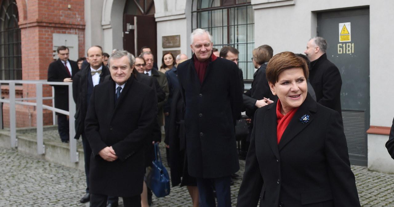 Premier Szydło wraz z ministrami złożyła kwiaty pod Muzeum Powstania Warszawskiego