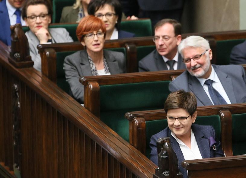 Premier Szydło wraz ze swoimi ministrami na sali sejmowej /Paweł Supernak /PAP