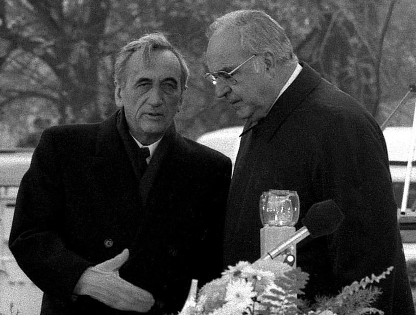 Premier Tadeusz Mazowiecki i kanclerz Helmut Kohl w trakcie mszy świętej w Krzyżowej /Tomasz Kosiorowski /Fotonova