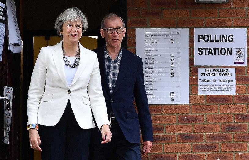 Premier Theresa May z mężem Phillipiem po oddaniu głosu w dzisiejszych wyborach /AFP