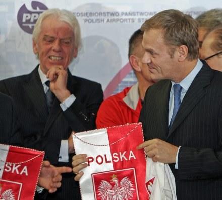 Premier Tusk chce poprawić infrasturkturę dla polskiej piłki. Tu obok Leo. /AFP