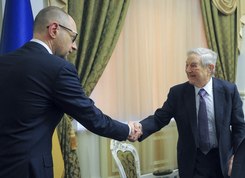Premier Ukrainy Arsenij Jaceniuk i George Soros /AFP