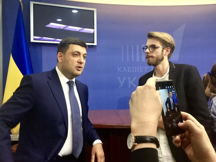 Premier Ukrainy  Wołodymyr Hrojsman rozmawia z dziennikarzem RMF FM Patrykiem Michalskim /RMF FM