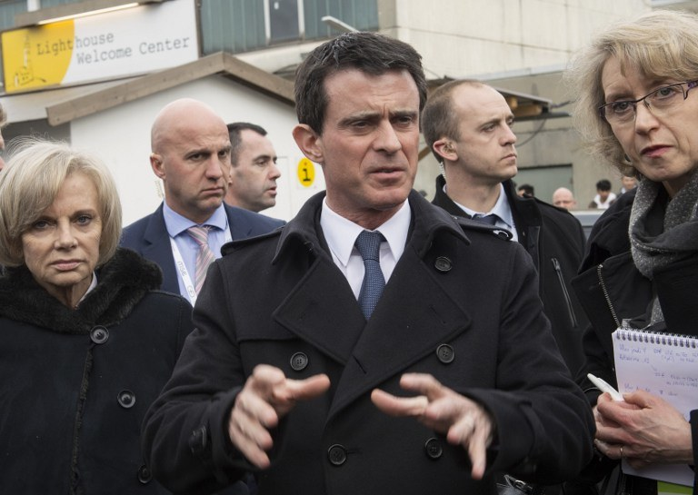 Premier Valls w obozie dla uchodźców w Monachium /THOMAS KIENZLE / AFP /AFP