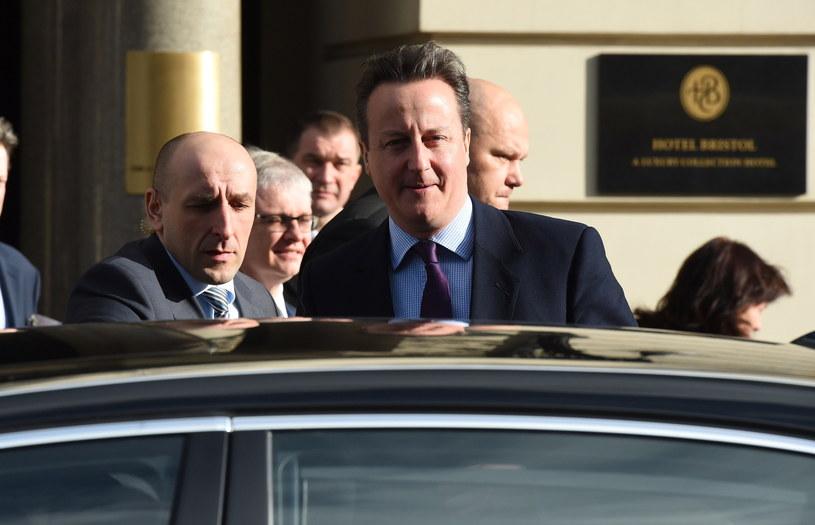 Premier Wielkiej Brytanii David Cameron wychodzi z jednego z warszawskich hoteli, po spotkaniu z prezesem PiS /Radek Pietruszka /PAP