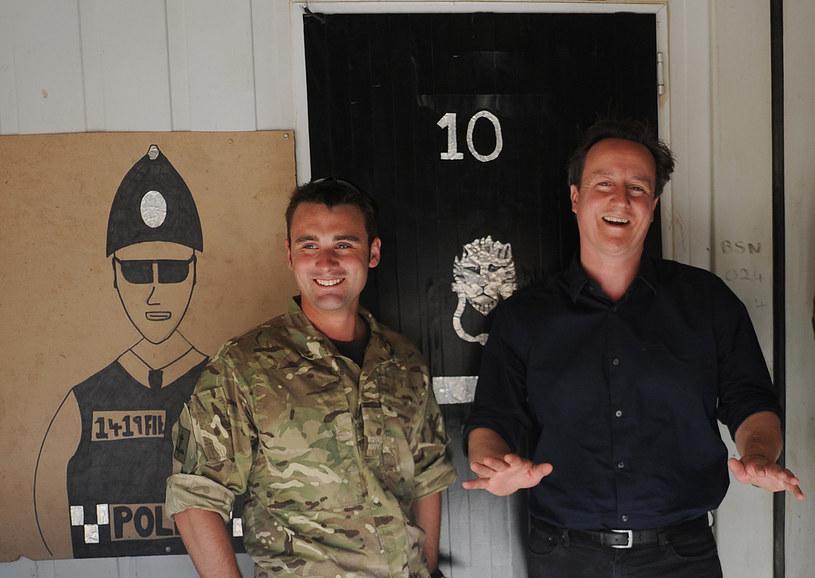 Premier Wielkiej Brytanii David Cameron (z prawej) w Camp Bastion, lipiec 2012 /STEFAN ROUSSEAU /AFP