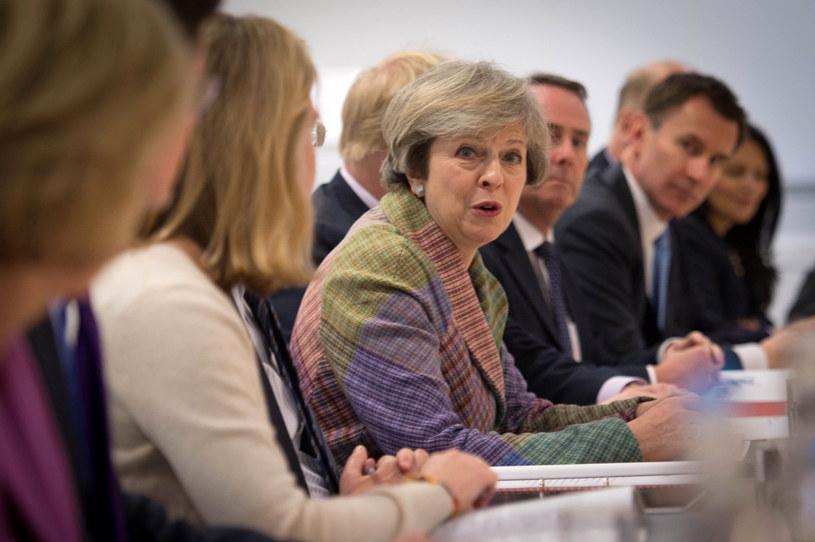 Premier Wielkiej Brytanii Theresa May (w środku) /AFP