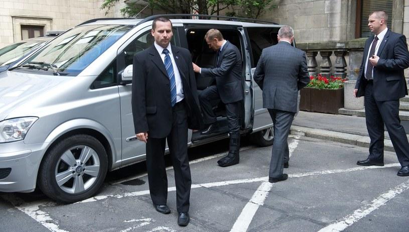 Premier wsiada do furgonetki /Bartosz Krupa /East News