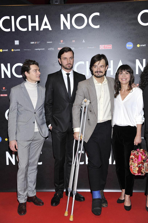 """Premiera filmu """"Cicha Noc"""". Na zdjęciu: Tomasz Ziętek, Piotr Domalewski, Dawid Ogrodnik, Agnieszka Suchora /Niemiec /AKPA"""