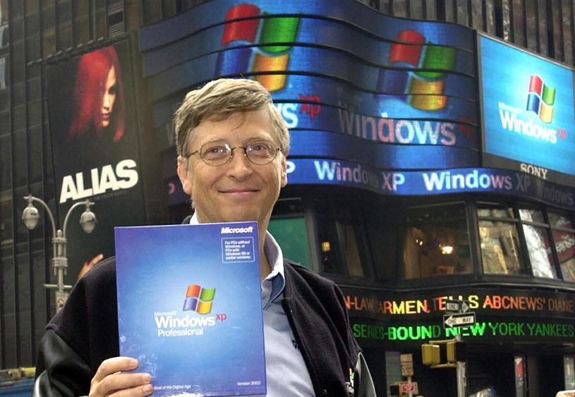 Premiera Windows XP w październiku 2001 roku - pamiątkowe zdjęcie Billa Gatesa /AFP