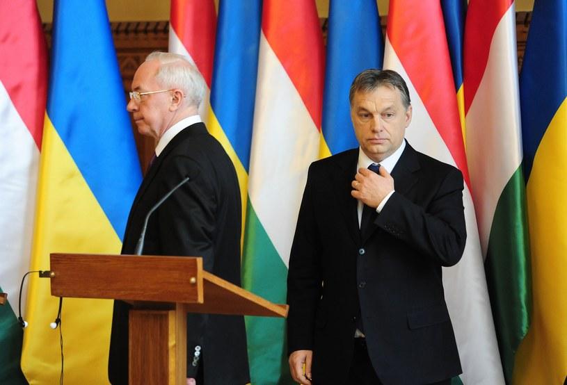 Premierzy Azarow i Orban /AFP